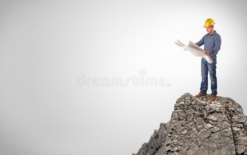 Pessoa do neg?cio na parte superior da rocha com espa?o da c?pia fotografia de stock
