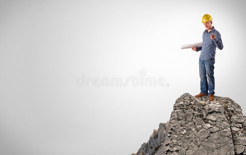 Pessoa do neg?cio na parte superior da rocha com espa?o da c?pia imagens de stock royalty free