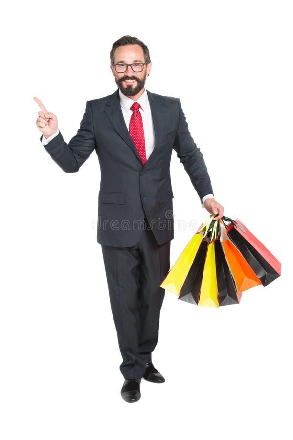 Pessoa elegante que sorri e que guarda suas compras fotografia de stock