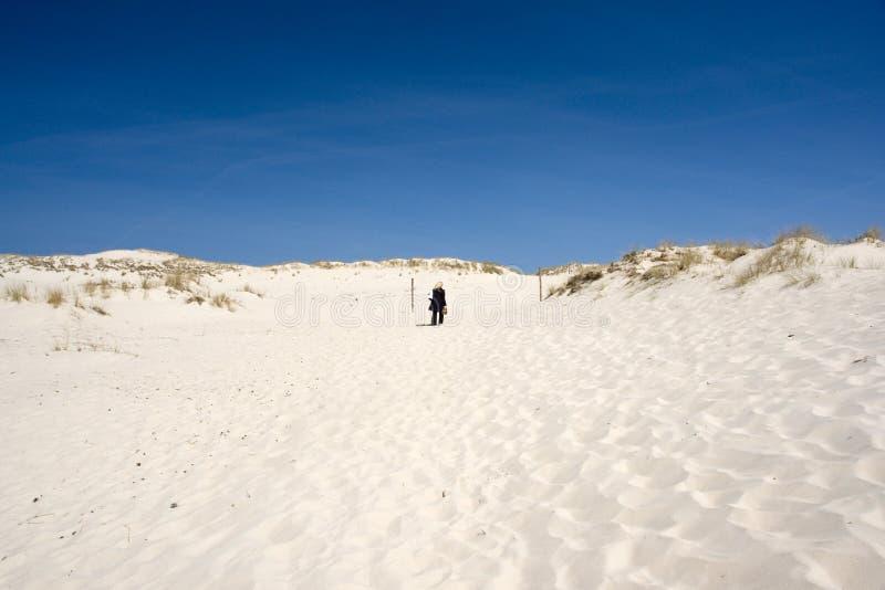 Pessoa em dunas de areia foto de stock royalty free