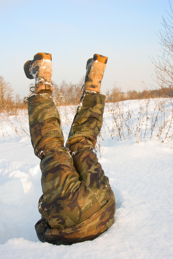 A pessoa em um snowdrift imagens de stock royalty free