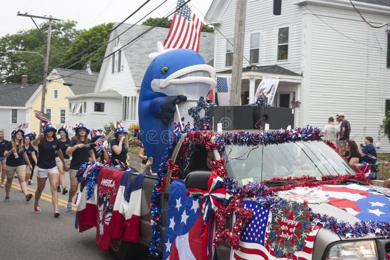 A pessoa em um traje da baleia monta na parte de trás de um caminhão no Wellfleet, miliampère 4o da parada de julho fotografia de stock royalty free