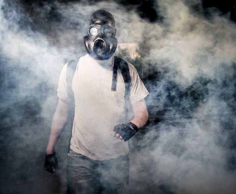A pessoa em uma máscara de gás foto de stock