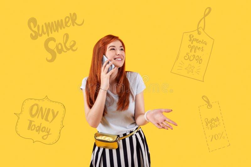 Pessoa emocional que sorri e que descreve vendas do verão imagem de stock royalty free