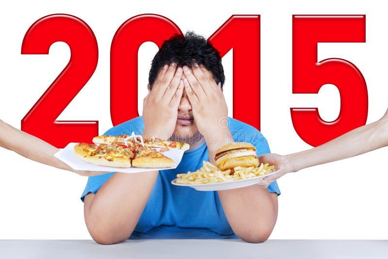 A pessoa excesso de peso evita a comida lixo fotos de stock