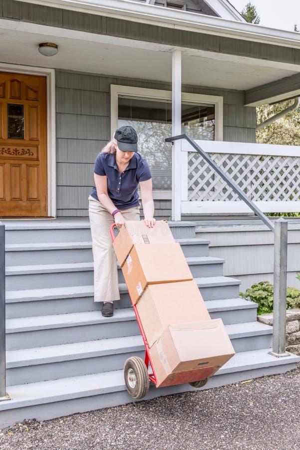 Pessoa fêmea da entrega com caminhão e caixas de mão imagem de stock royalty free