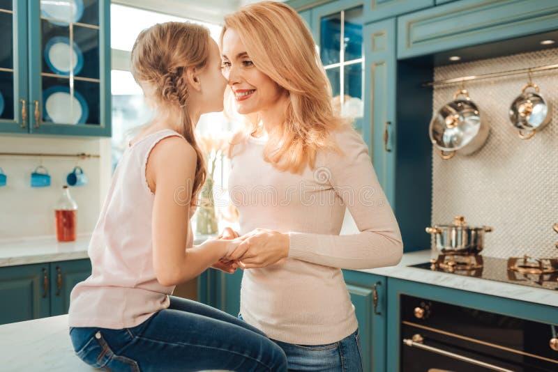 Pessoa fêmea feliz que olha nos olhos de sua filha foto de stock