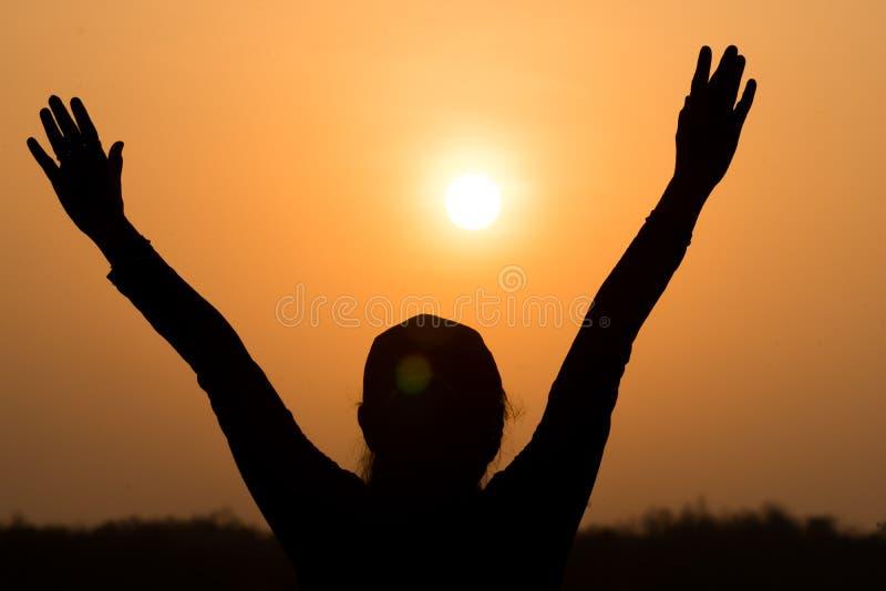 Pessoa feliz do nascer do sol imagem de stock