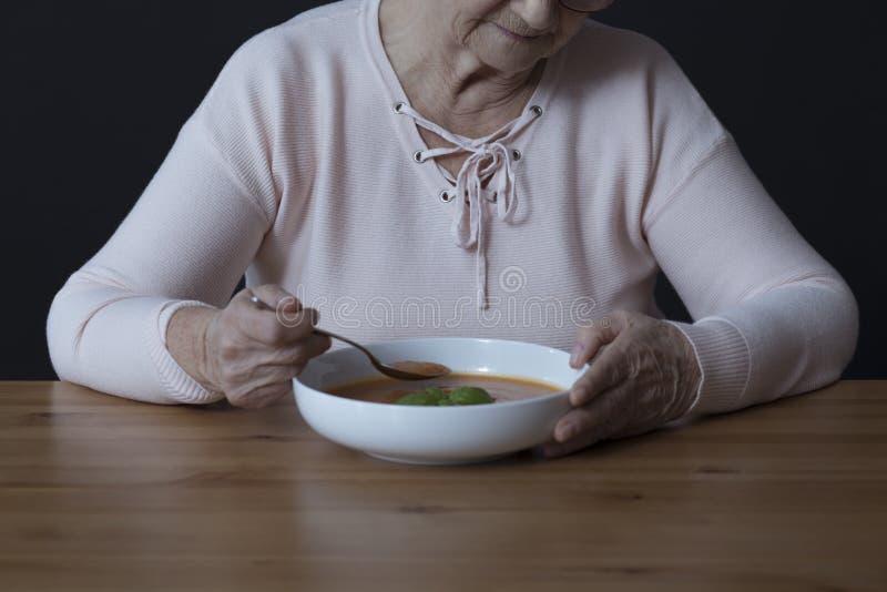 Pessoa idosa com desordens do apetite fotografia de stock royalty free
