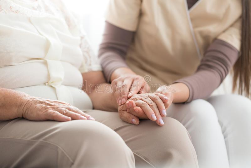 Pessoa idosa com Parkinson imagens de stock royalty free