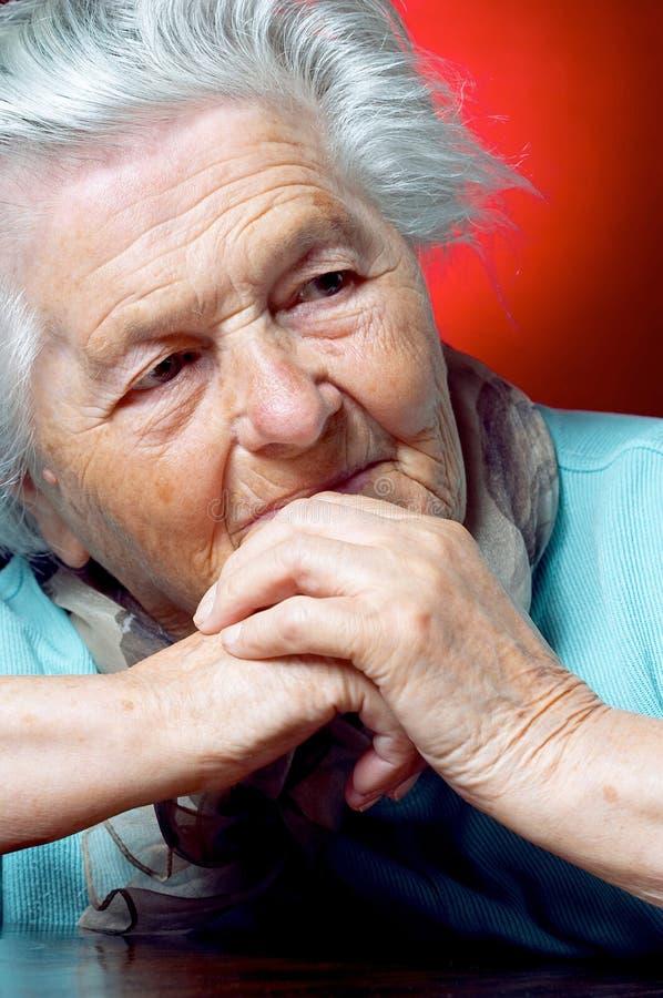 Pessoa idosa que contempla fotos de stock royalty free