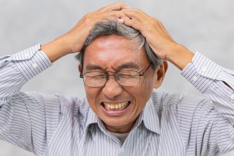 a pessoa idosa sofre do curso e do ataque poderoso da dor de cabeça ou do cérebro foto de stock royalty free