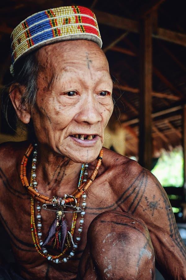 Pessoa idosa tribal Toikot em sua casa da floresta úmida que diz um conto sobre o junho foto de stock royalty free