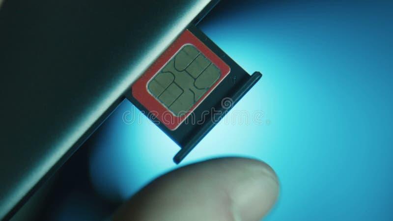 A pessoa instala o entalhe com o cartão de SIM vídeos de arquivo