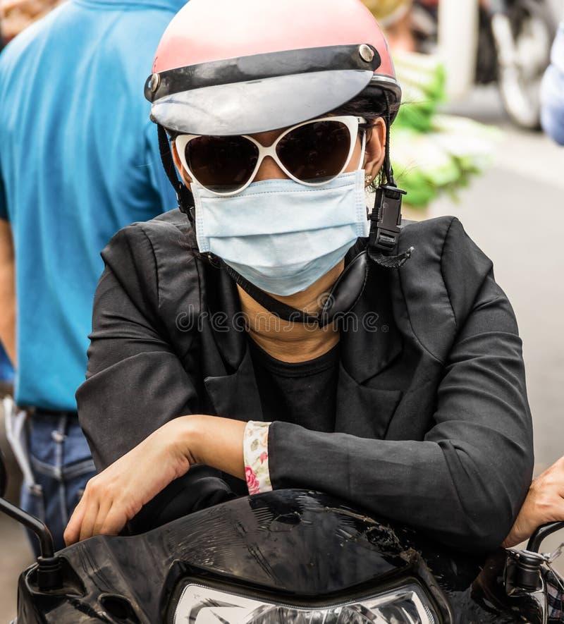 Pessoa irreconhecível com uma máscara protetora da poluição atmosférica fotografia de stock royalty free