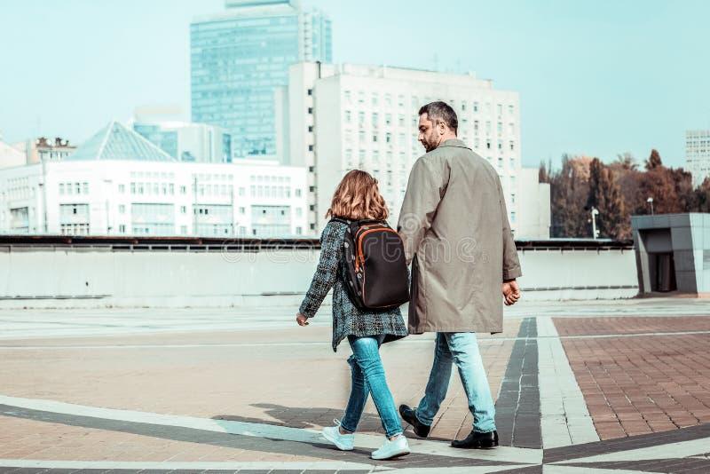 Pessoa masculina moreno atenta que escuta sua filha fotos de stock