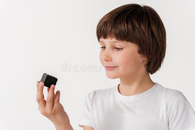 Pessoa masculina pequena interessada que mantém a coisa fotografia de stock royalty free