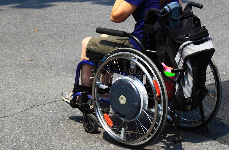 Pessoa na cadeira de rodas fotografia de stock