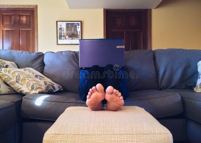 Pessoa No Sof? Com Port?til Domínio Público Cc0 Imagem