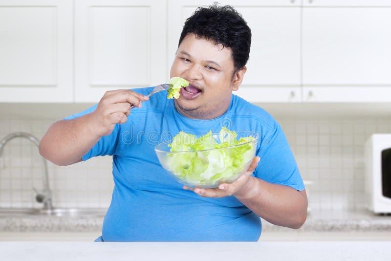 A pessoa obeso come a salada para a dieta 1 fotos de stock royalty free