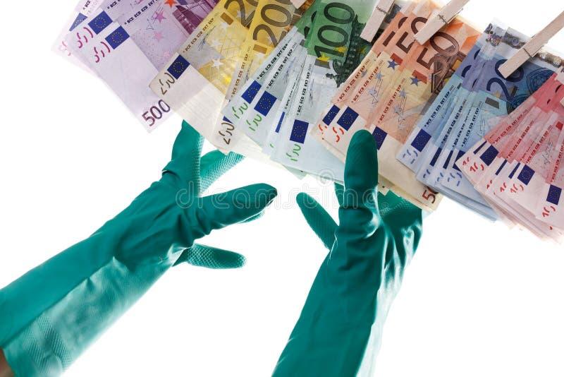 Pessoa que alcança para notas do Euro na corda, lavanderia do dinheiro, close-up imagens de stock royalty free