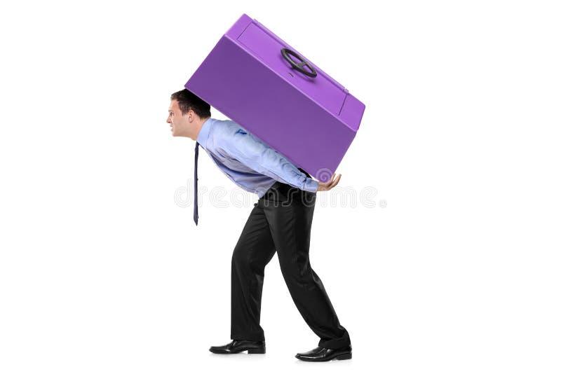 Pessoa que carreg uma caixa segura em seu para trás fotos de stock royalty free