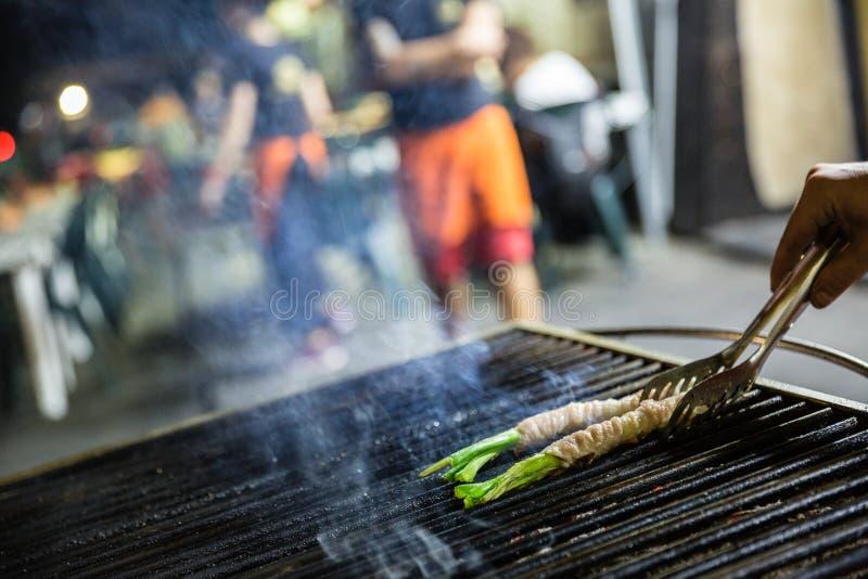 Pessoa que cozinha 'o bevi de Mangia e ', alimento típico da rua de Palermo fotografia de stock royalty free