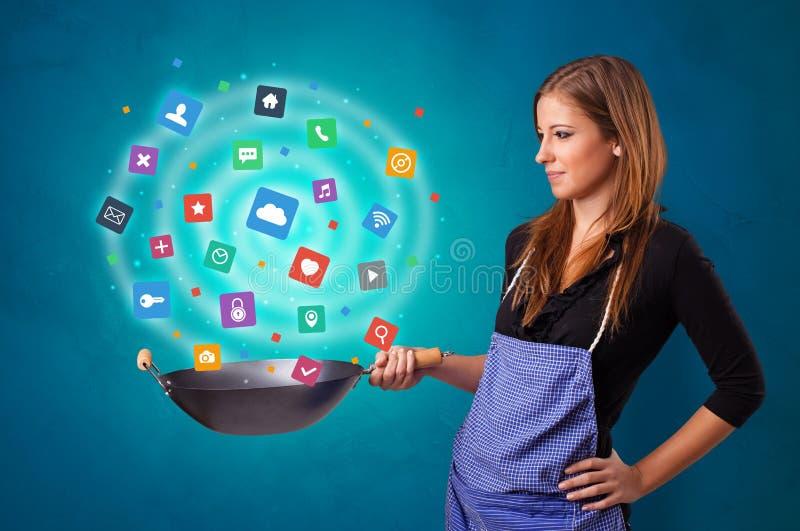 Pessoa que cozinha aplicações no frigideira chinesa imagens de stock royalty free