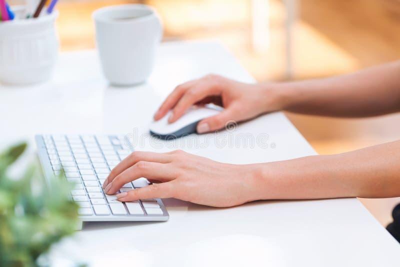 Pessoa que datilografa em seu computador de escritório imagem de stock royalty free