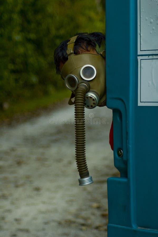 Pessoa que desgasta uma máscara de gás velha imagens de stock