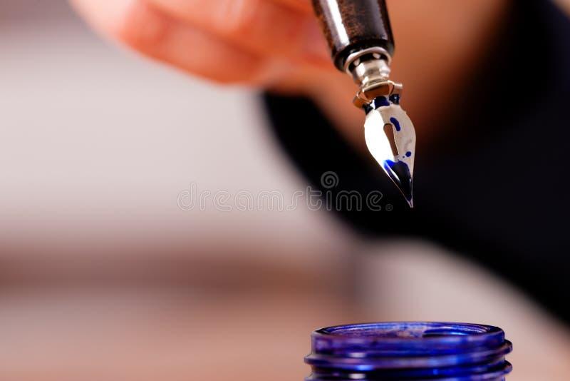 Pessoa que escreve uma letra com pena e tinta imagem de stock royalty free