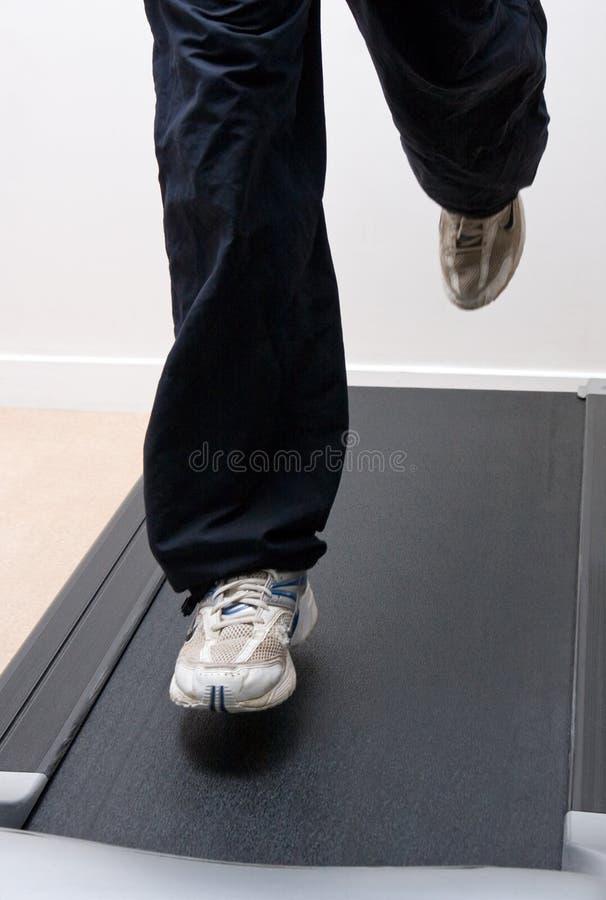 Pessoa que funciona em uma escada rolante fotografia de stock