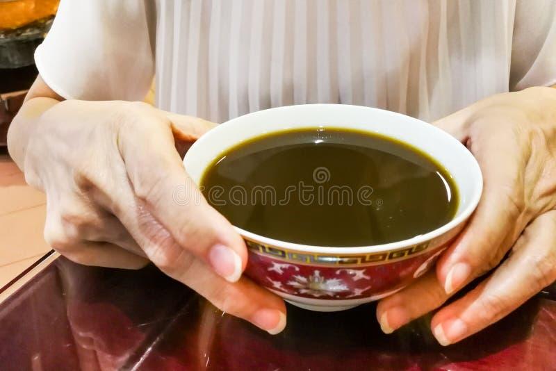 Pessoa que guarda a bacia de medicina chinesa tradicional terapêutica foto de stock royalty free