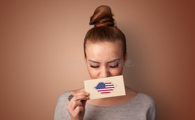 Pessoa que guarda o cart?o da bandeira dos EUA fotos de stock
