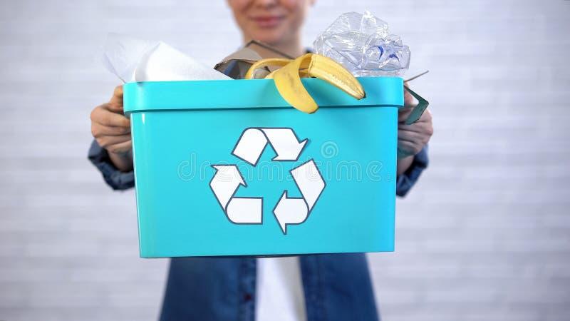 Pessoa que guarda o escaninho de lixo com lixo descartável e plástico, classificação do desperdício imagem de stock