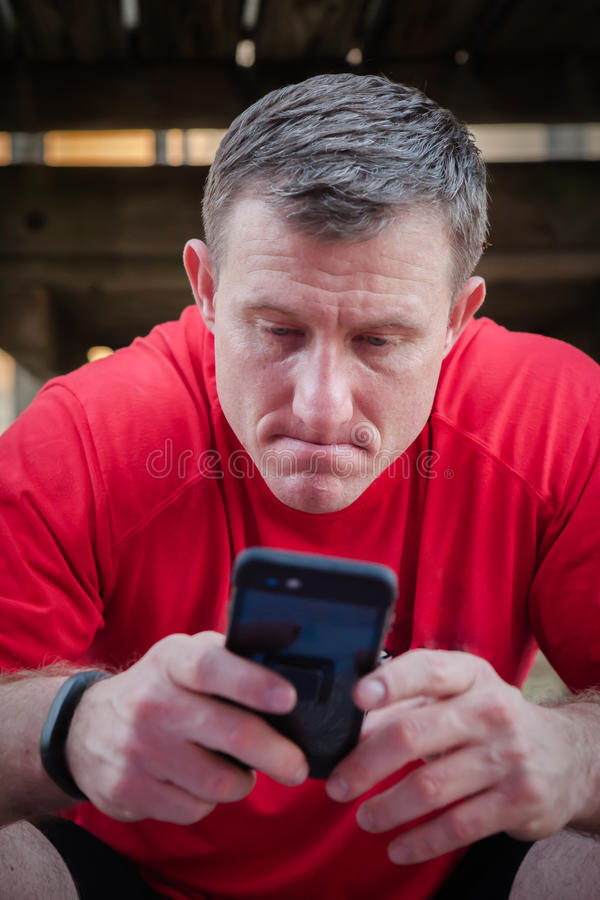 Pessoa que guarda o smartphone imagens de stock royalty free