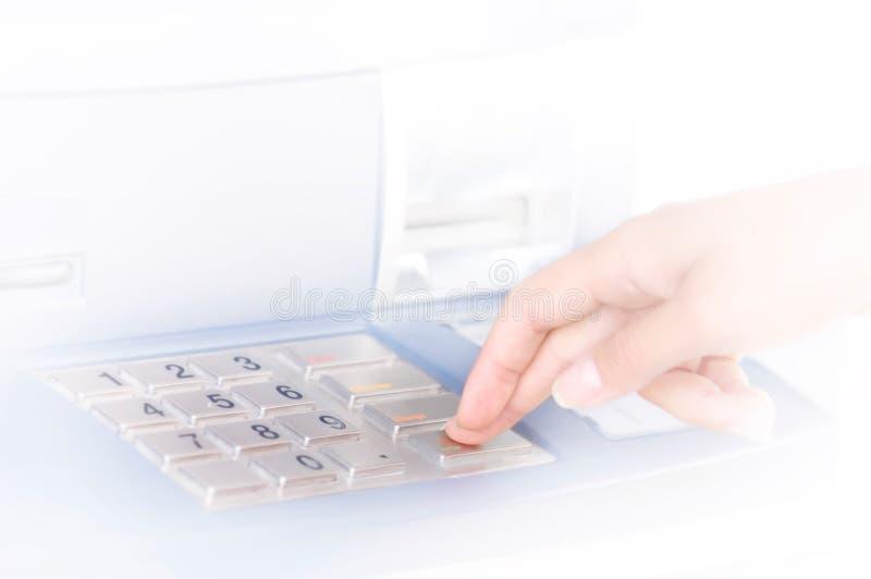 Pessoa que incorpora o PIN no ATM foto de stock royalty free