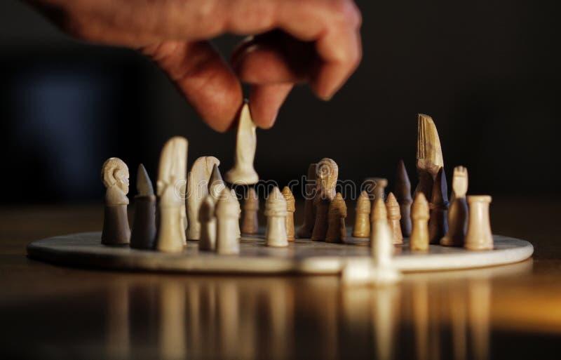 Pessoa que joga com xadrez imagem de stock