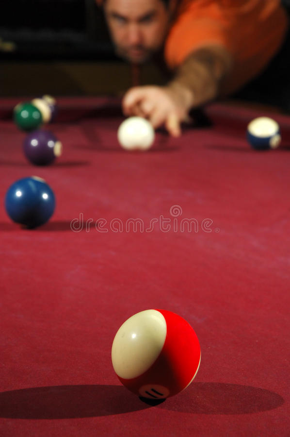 Pessoa que joga o snooker fotografia de stock royalty free