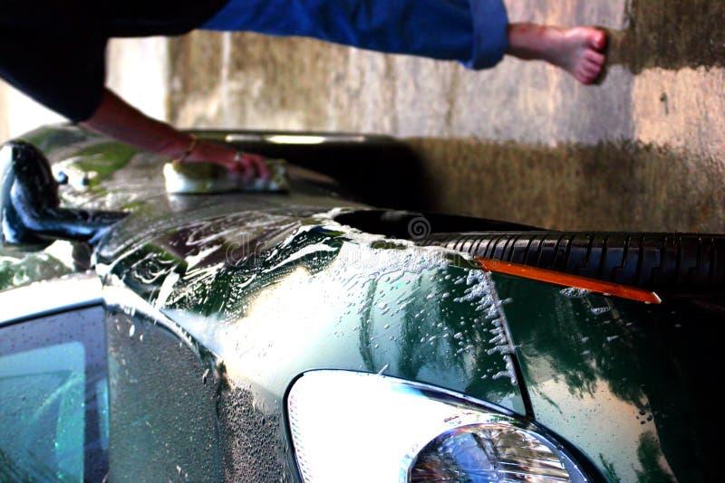 Pessoa que lava o carro de esportes verde imagens de stock royalty free
