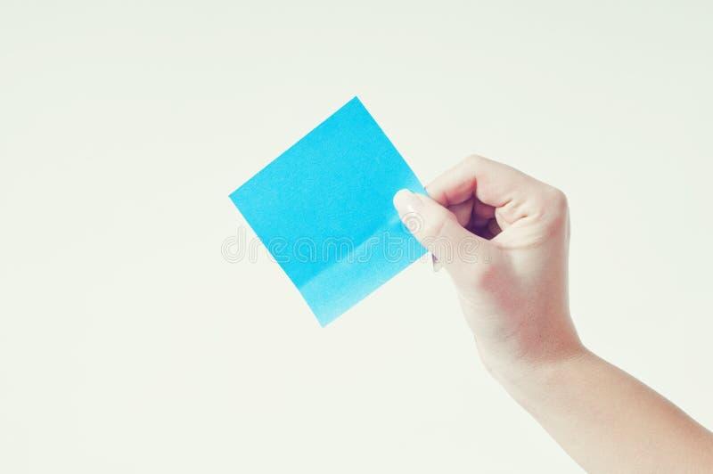 Pessoa que prende o papel em branco imagens de stock
