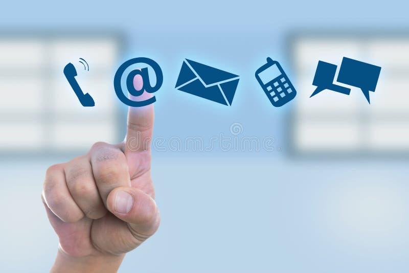 Pessoa que pressiona o botão do e-mail na exposição imagem de stock royalty free