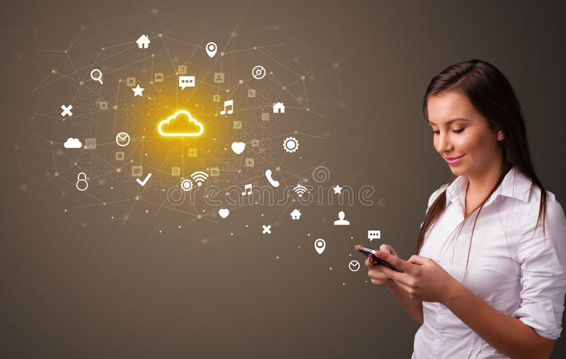 Pessoa que usa o telefone com conceito da tecnologia da nuvem ilustração do vetor