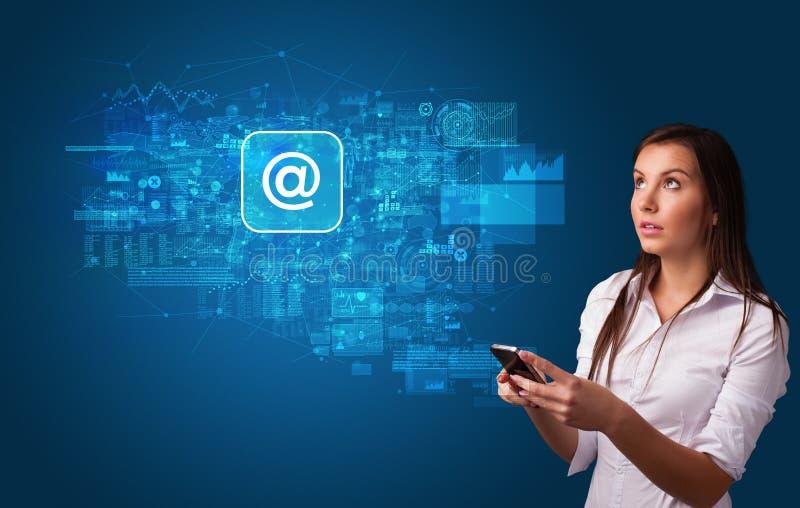 Pessoa que usa o telefone com conceito do correio fotos de stock royalty free