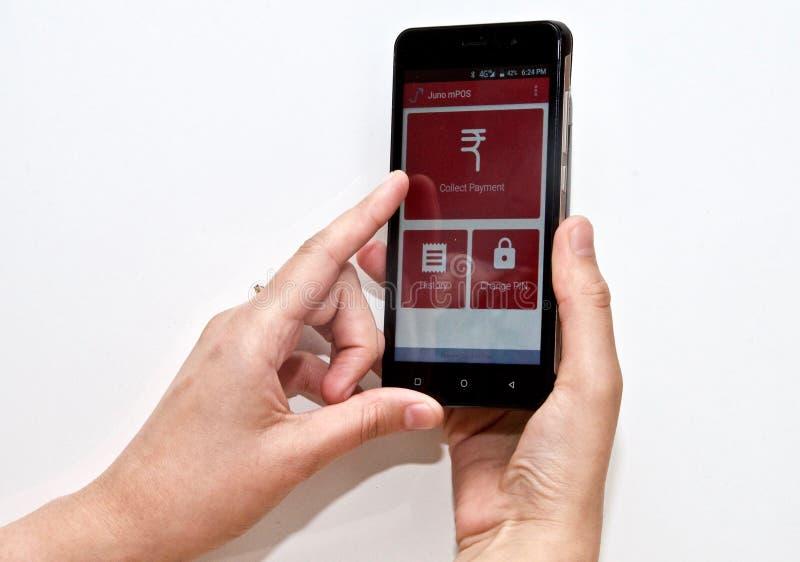 Pessoa que usa um pagamento móvel app em um smartphone foto de stock