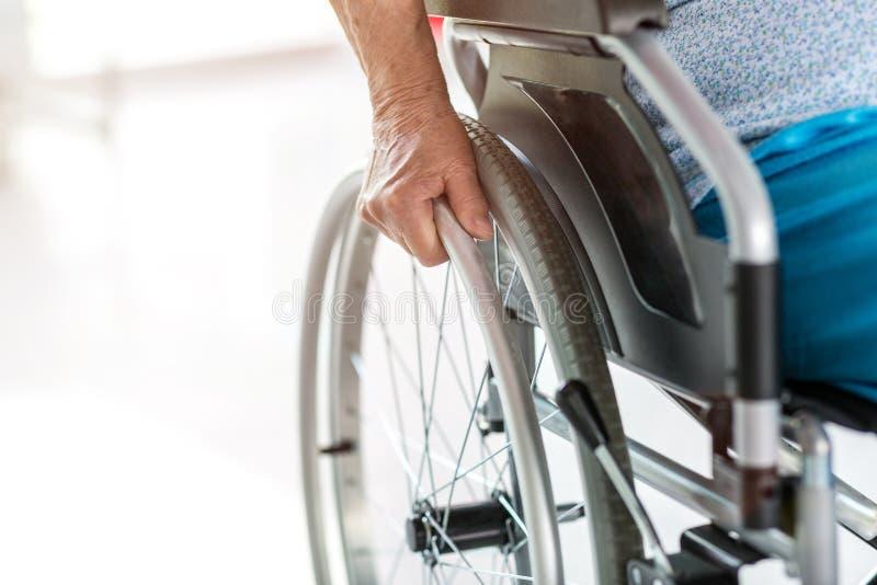 Pessoa superior que senta-se na cadeira de rodas foto de stock