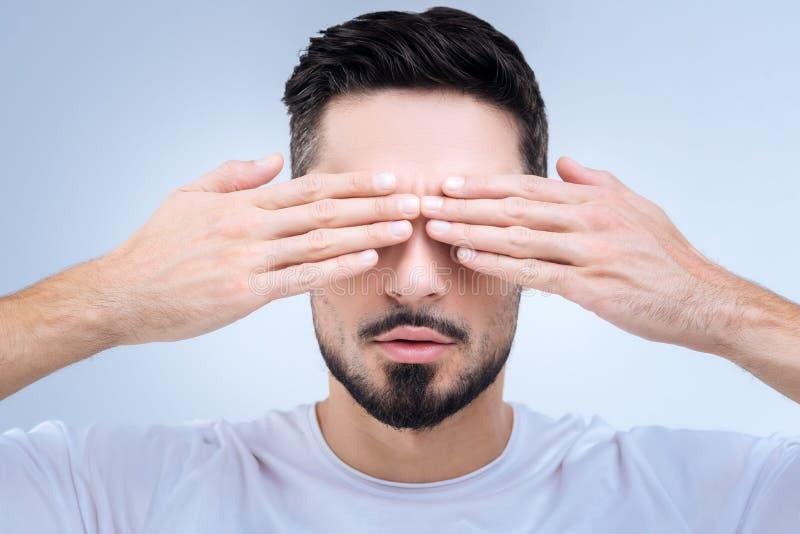 Pessoa tímida que fecha seus olhos com duas mãos e que rejeita alguma comunicação fotografia de stock royalty free