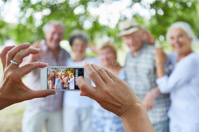 A pessoa toma uma foto do grupo dos sêniores fotografia de stock royalty free