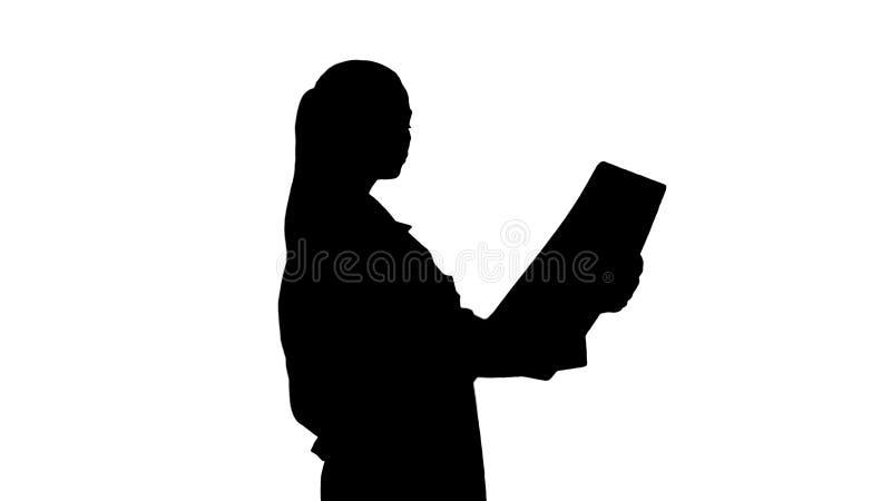 Pessoais de cuidados médicos intelectuais da mulher da silhueta com o labcoat branco, olhando a imagem radiográfica do raio X, va imagens de stock