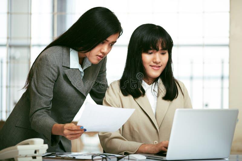 Pessoais de escritório que trabalham no escritório imagem de stock